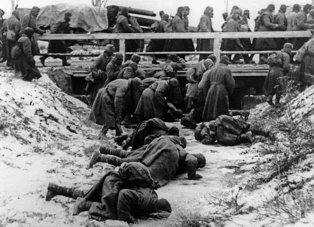 Полонені радянські солдати п'ють воду із рівчака