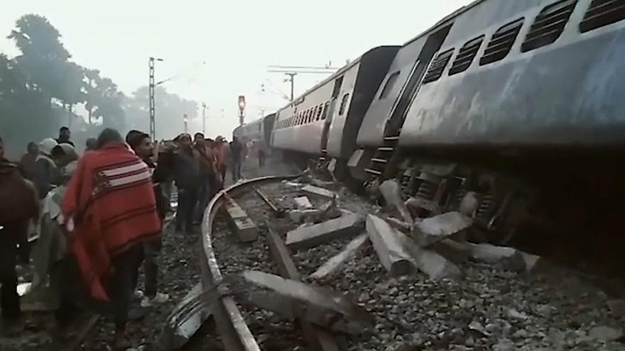 Hindistan'da Tren Kazasında En Az Altı Kişi Öldü