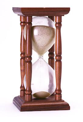 Altı üstü kare şeklinde dört kollu ahşap kum saati