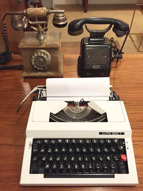escritório vintage, telefones antigos, decoração vintage, máquina de escrever