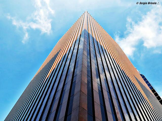 Perspectiva inferior do Edifício Banco Safra - Avenida Paulista - São Paulo