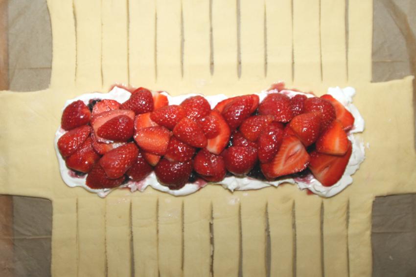Ciasto drożdżówe z truskawkami w kształcie warkocza