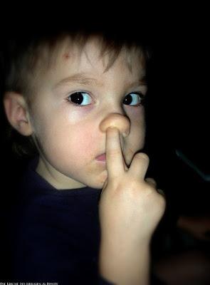 In der Nase bohren - lustiges Kind mit Finger in der Nase - Spassbilder Kinder