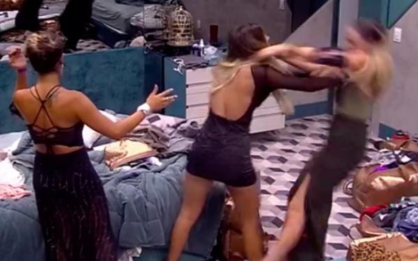 BBB19: Hariany derruba Paula no chão (Imagem: Reprodução/TV Globo)