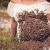 seorang wanita pemilik  perternakan lebah , merayakan kehamilan anaknya yang ke empat dengan cara yang extream