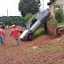 Cantagalo - Gol desce por entre casas vindo a ficar com a frente na rua, e a parte traseira do veículo em cima de muro