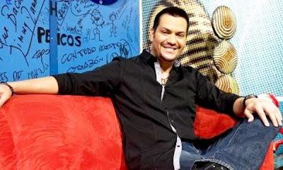 Foto de Víctor Manuelle posando para los fans