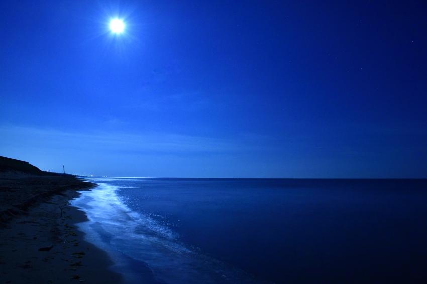 夜の海の月光写真