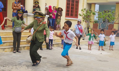 Thú vị hình ảnh nữ PV Báo ANTĐ chơi trò mèo đuổi chuột cùng học sinh đảo Lý Sơn - Hình 3