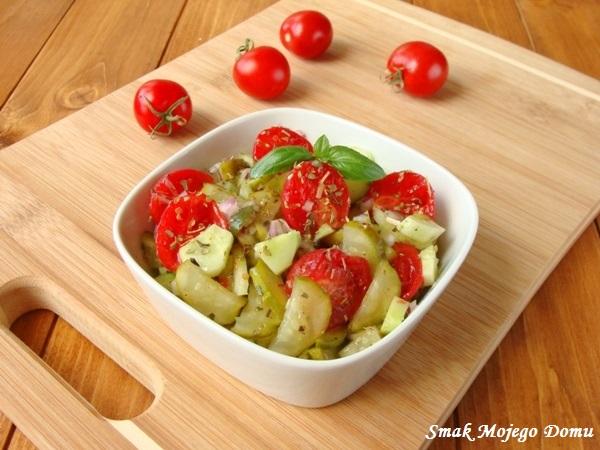 Surówka z pomidorów, ogórków małosolnych i świeżych