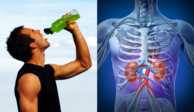 4 Bahaya Minum Air Sambil Berdiri, No 1 Harus Kamu Ketahui
