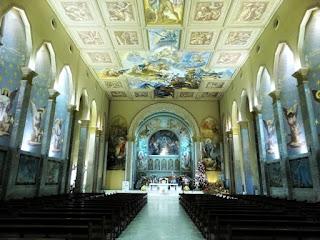 Interior da Igreja São Pelegrino, Caxias do Sul. Pinturas nas paredes laterais, no teto e atrás do altar.