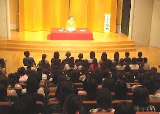 講演会講師・三遊亭楽春の笑いに学ぶコミュニケーション講演会の風景。