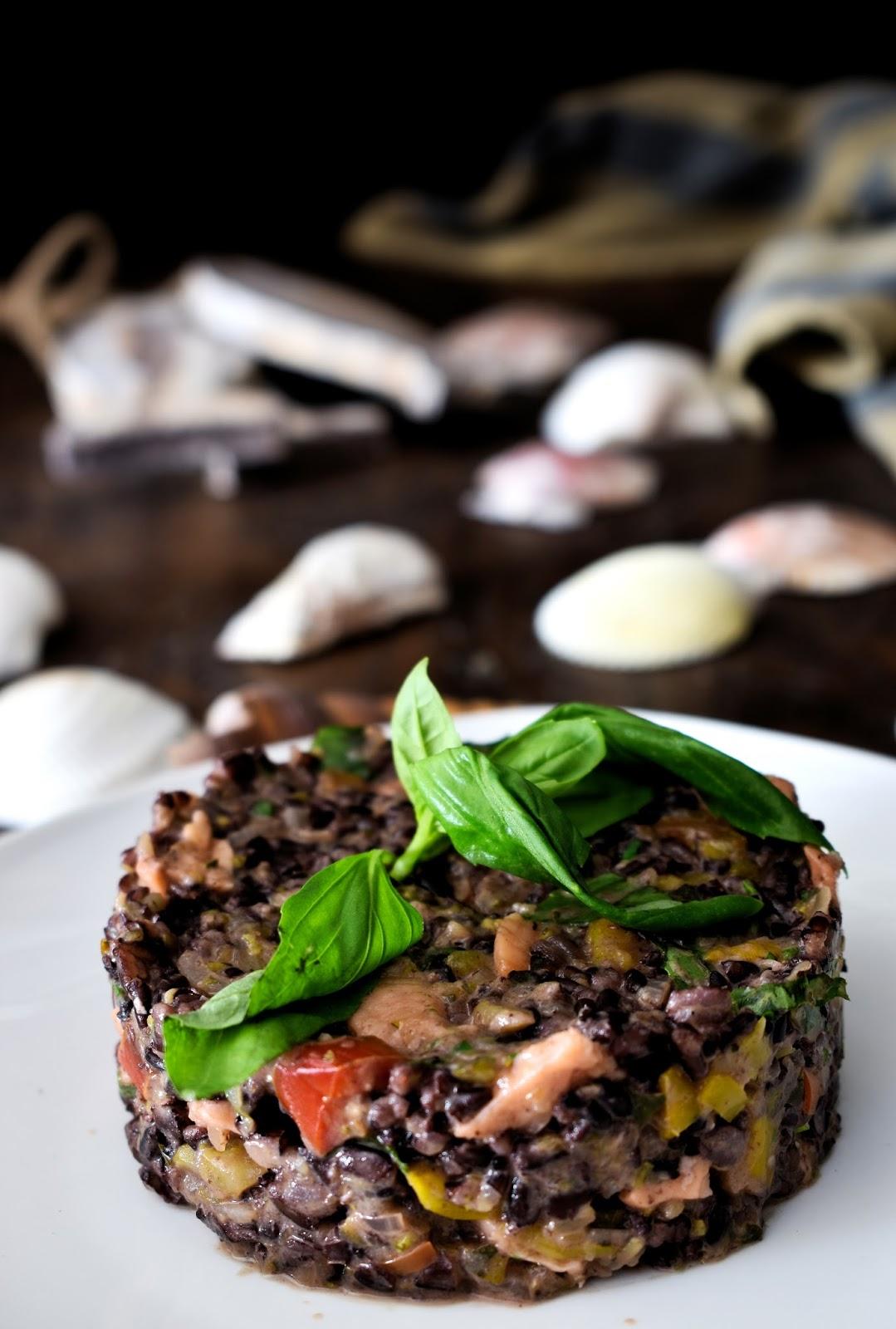 Riso venere al cocco con peperoni, zucchine e salmone affumicato