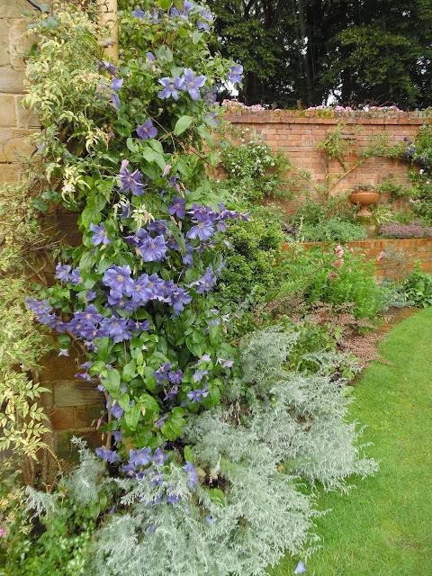 Old Rose Garden, mur z cegły w ogrodzie