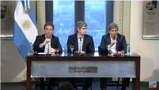 El nuevo titular de Hacienda y el designado ministro de Finanzas, Luis Caputo, hablan en Casa de Gobierno en su primera conferencia de prensa.