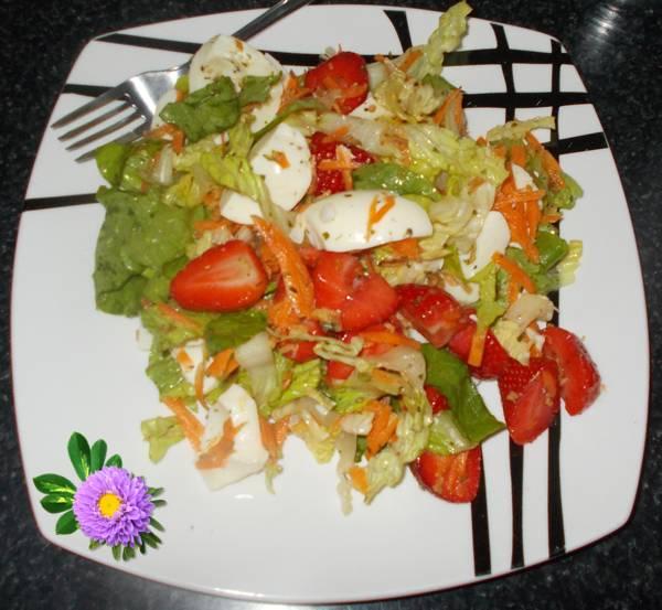 Salada de alface com morango e clara de ovos