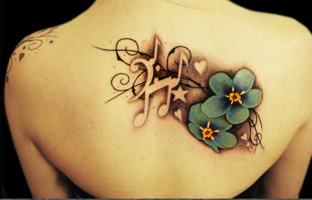 nota muzicala si flori tatuaj pe spate