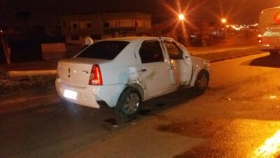 Motorista embriagado capota carro na Estrada da Ribeira em Colombo
