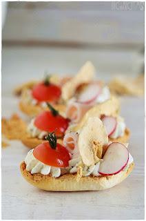 Bruschetta de queso, tomate, pavo y manzana-Entrante- aperitivo- canapé- tosta- tentempie