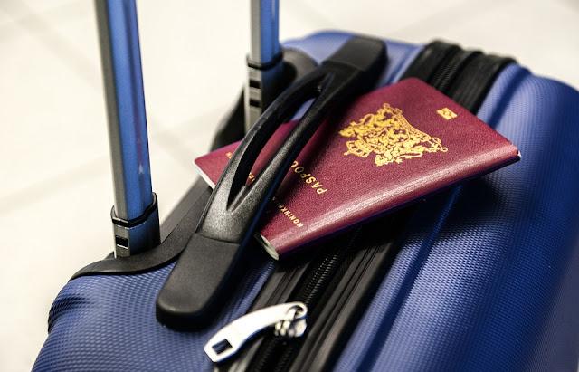 uçağa ilk kez binenlerin pasaportlarını koydukları yer