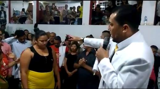 Pastor que reza para que una mujer adelgace 35 kilos