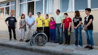 Προσφορά αναπηρικού αμαξιδίου.