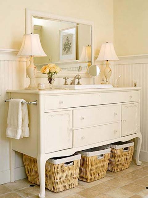 Cômoda branca no banheiro