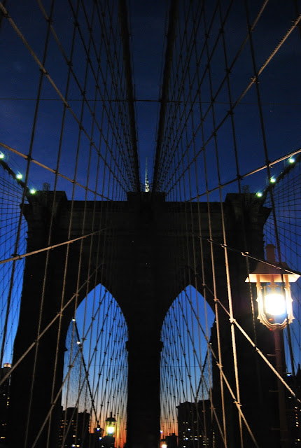 puente de Brooklyn al anochecer, Nueva York, EEUU