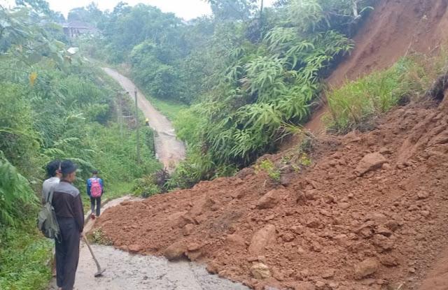 Hujan Deras, Ruas Jalan Kenali- Fajar Agung Tertibun Longsor