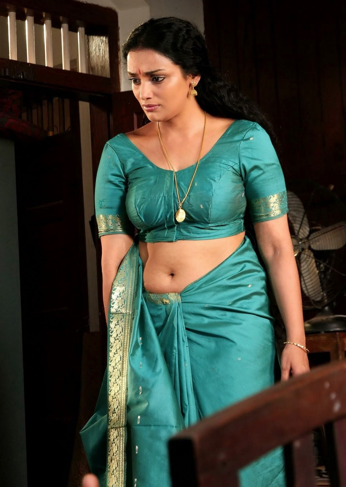 Malayalam Actress Fake Navel: Malayalam Actress Swetha Menon Hot Navel Show Stills In