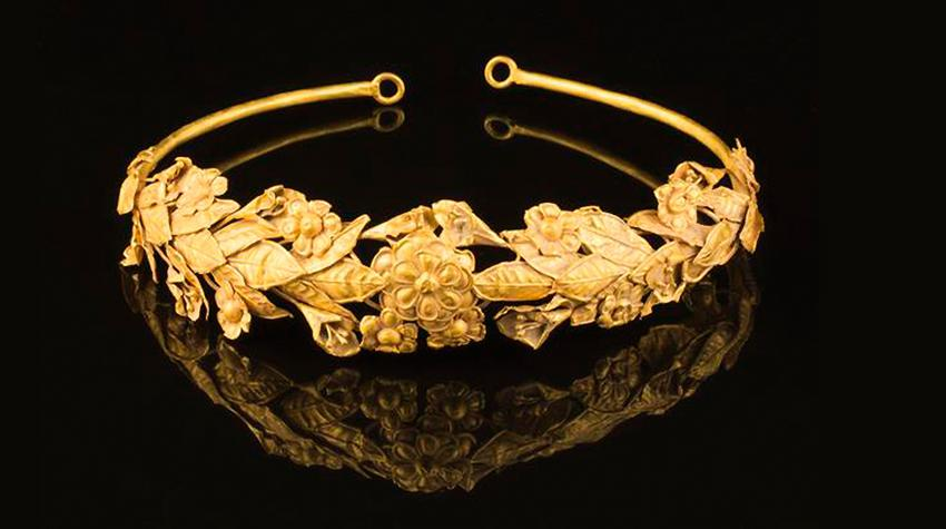 f64b1dca7f6e Αρχαίο ελληνικό στεφάνι βρήκε Βρετανός κάτω από το... κρεβάτι του +pics
