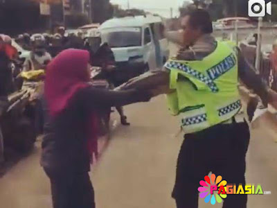 Perempuan Mengamuk, Mencakar dan Mengejar Polisi Karena Hendak Ditilang
