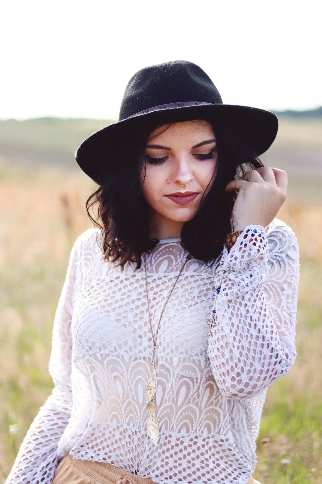 kapelusz H&M i ażurowa bluzka