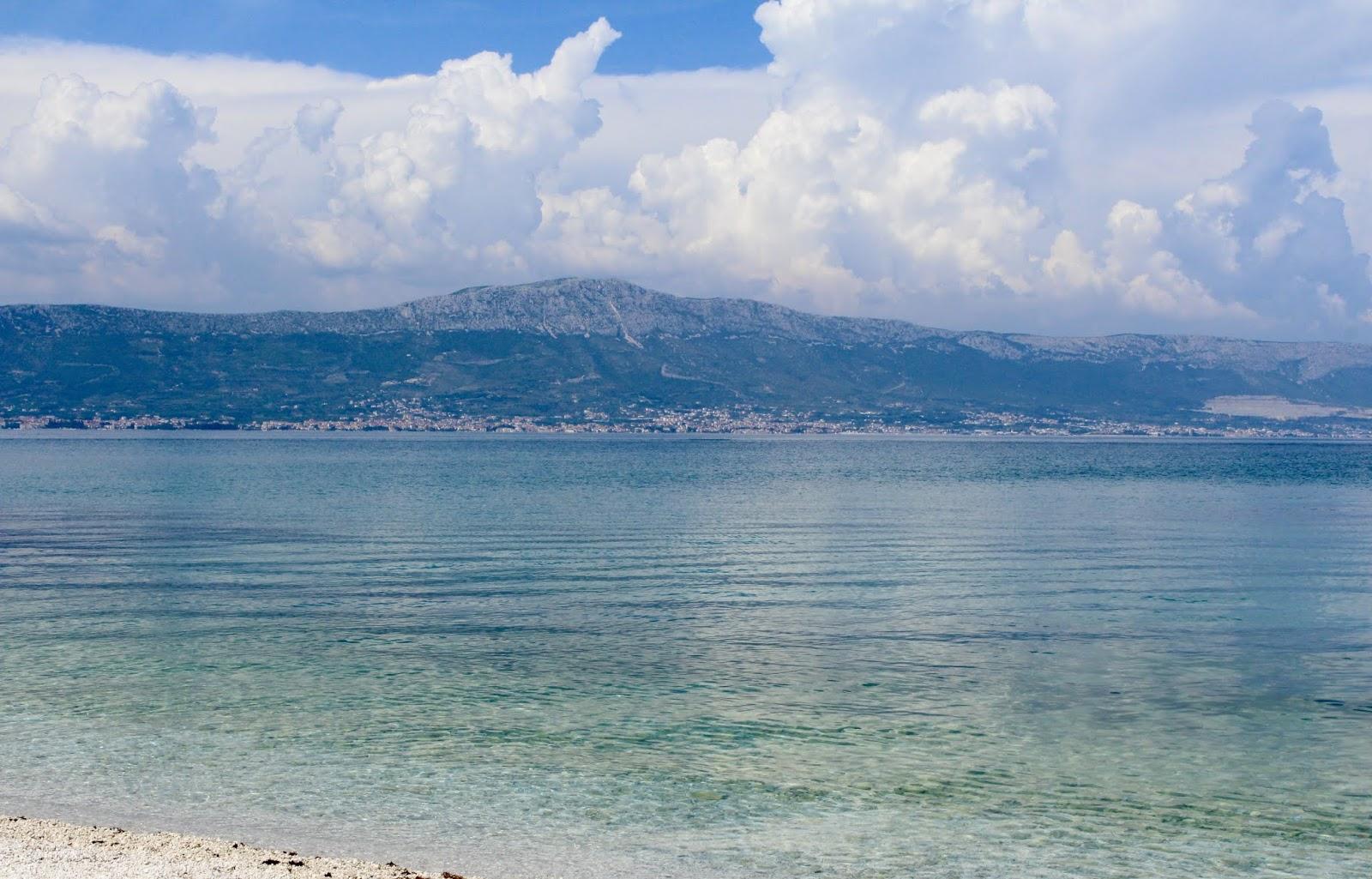 Kristallklares adriatisches Meer vor der Insel Ciovo, Kroatien