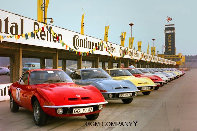 40 zweisitzige Opel Gt Coupes an der Rennstrecke