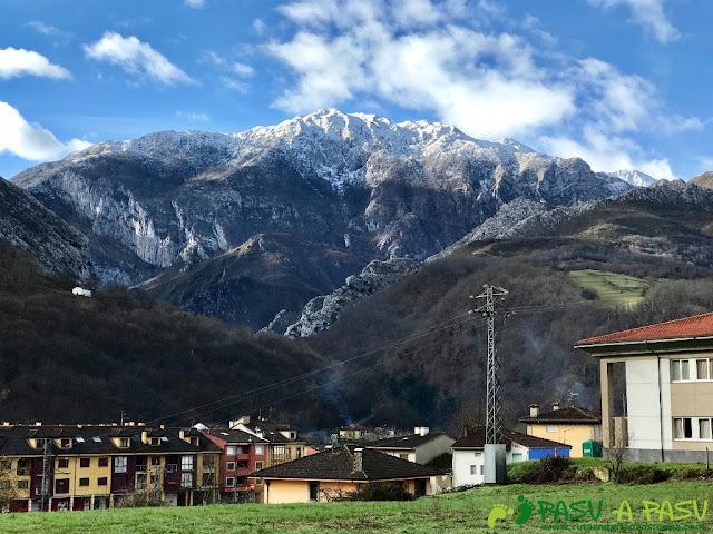 Vista de Arenas de Cabrales y Cuetón en Picos de Europa