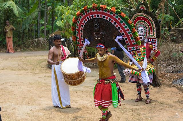 phoothan y thira bailando Kerala India