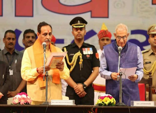 विजय रुपाणी ने ली मुख्यमंत्री पद की शपथ, आनंदीबेन के 9 मंत्रियों की छुट्टी