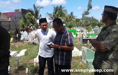 HADIR : Mantan Pemred Pontianak Post Bapak Drs B Salman yang kini menjabat Wakil Direktur bersama Bapak Budi Darmawan di lokasi pemakaman Almarhumah di BLKI Pontianak . Foto Asep Haryono
