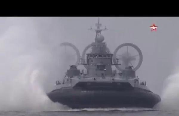 ΡΩΣΙΚΟΣ ΓΙΓΑΝΤΑΣ! Στρατιωτικό χόβερκραφτ-τέρας «σαρώνει» σε άσκηση του πολεμικού ναυτικού