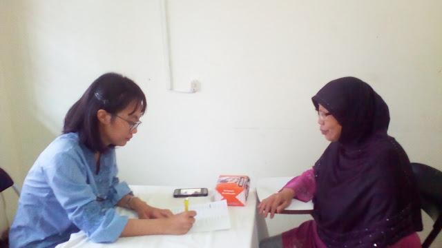 dokter dan pasien saat bakti sosial