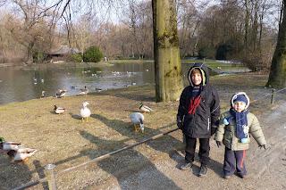 Izan y joel en el  Englischer Garten.