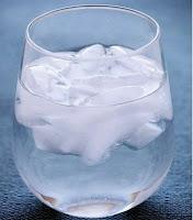 Ini loh Cara Bedakan Es Batu dari Air Mentah dan Air Matang