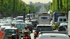 Trafikk på Champs Elysees, Paris. Foto Bob Hall, Flicker.com. Lisens CC BY-SA 2.0