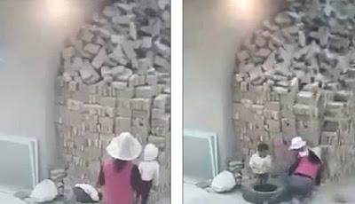 Detik-detik dua bocah terkubur tumpukan batu bata