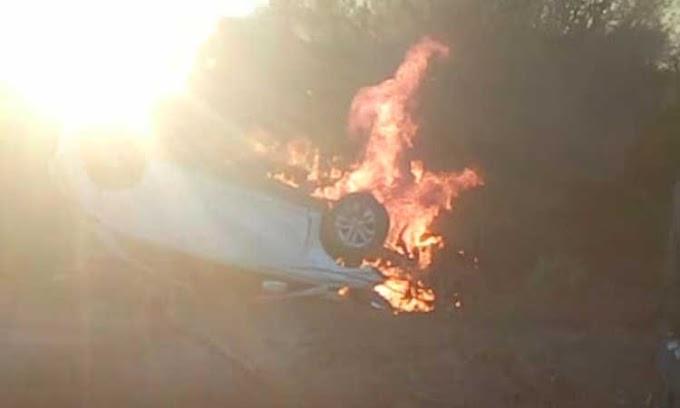 Após capotar, carro pega fogo no município de Capim Grosso; veja vídeo