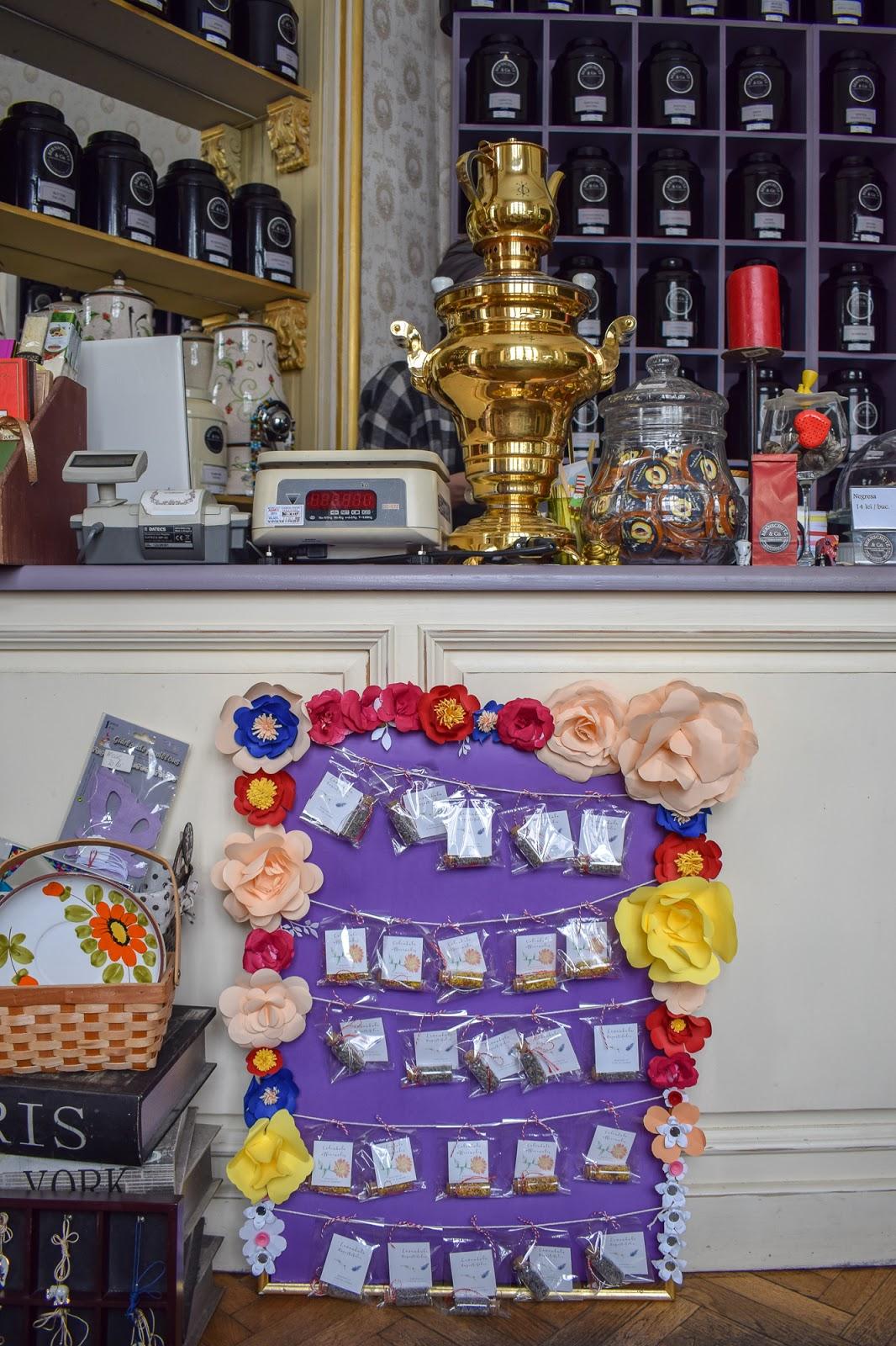 Zana Florilor: Martisoare cu flori de lavanda si galbenele bucuresti
