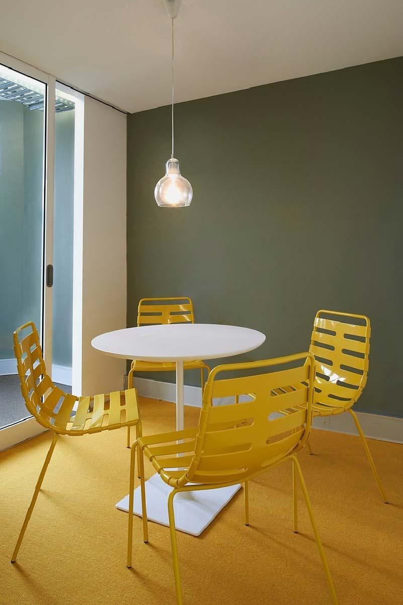sedie di design in metallo giallo