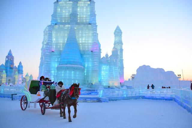 """Cáp Nhĩ Tân - thủ phủ của tỉnh Hắc Long Giang ở phía đông bắc Trung Quốc là một thành phố lớn đồng thời trung tâm chính trị, kinh tế, khoa học của đông bắc Trung Quốc. Được ví như Moskva phương Đông"""" hay Paris phương Đông"""" bởi nhưng tòa kiến trúc hoa lệ mang đậm văn hóa Bắc Á."""